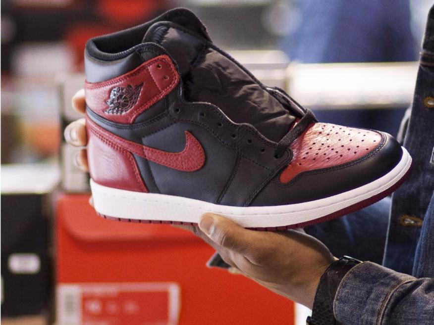 Unas zapatillas de Nike, en una tienda de deportes.
