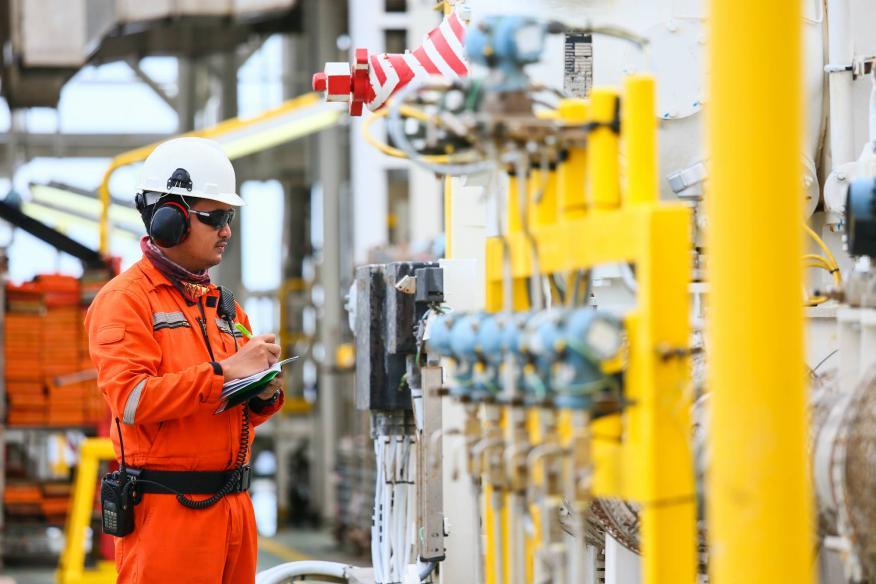 Un trabajador en una refinería.