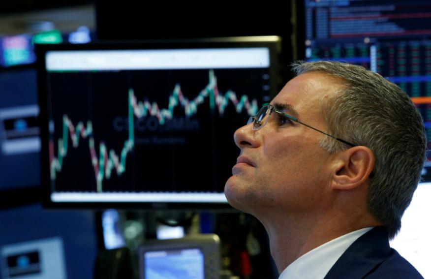 Trader observa una pantalla en Wall Street