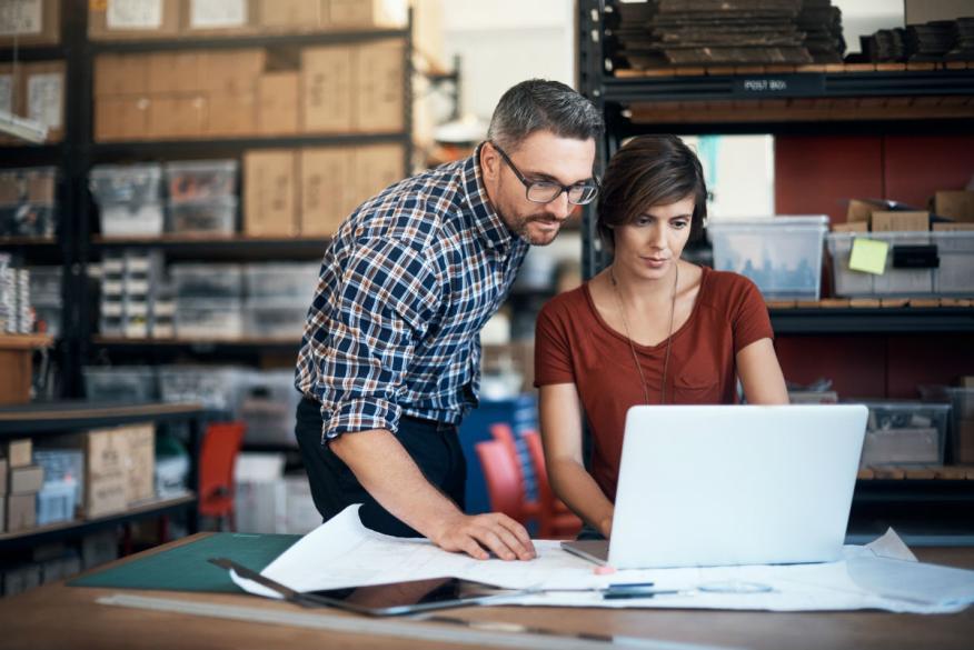 Dos trabajadores revisan la contabilidad de su empresa