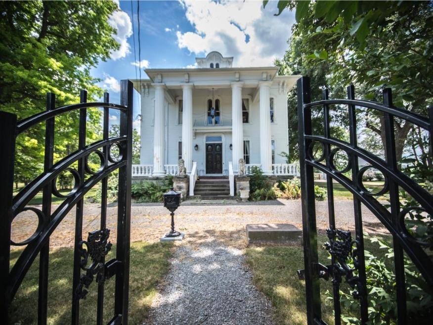 Con actividades paranormales o no, esta magnífica casa, a la venta por 450.000 dólares, es una gran oportunidad, cuesta menos de la mitad del precio original.