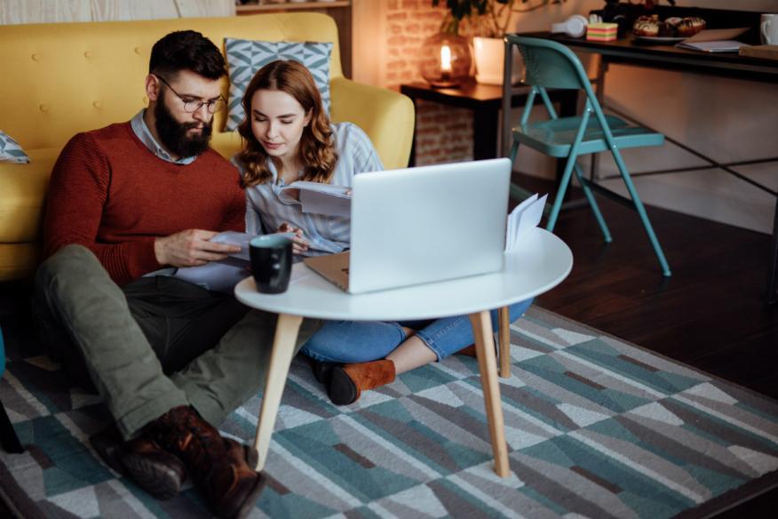 Una pareja joven revisa sus cuentas