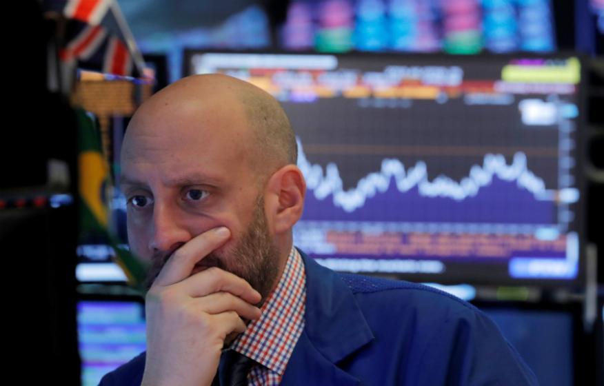 Trader preocupado con las últimas caídas de Wall Street