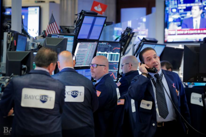 Traders haciendo operaciones en Wall Street