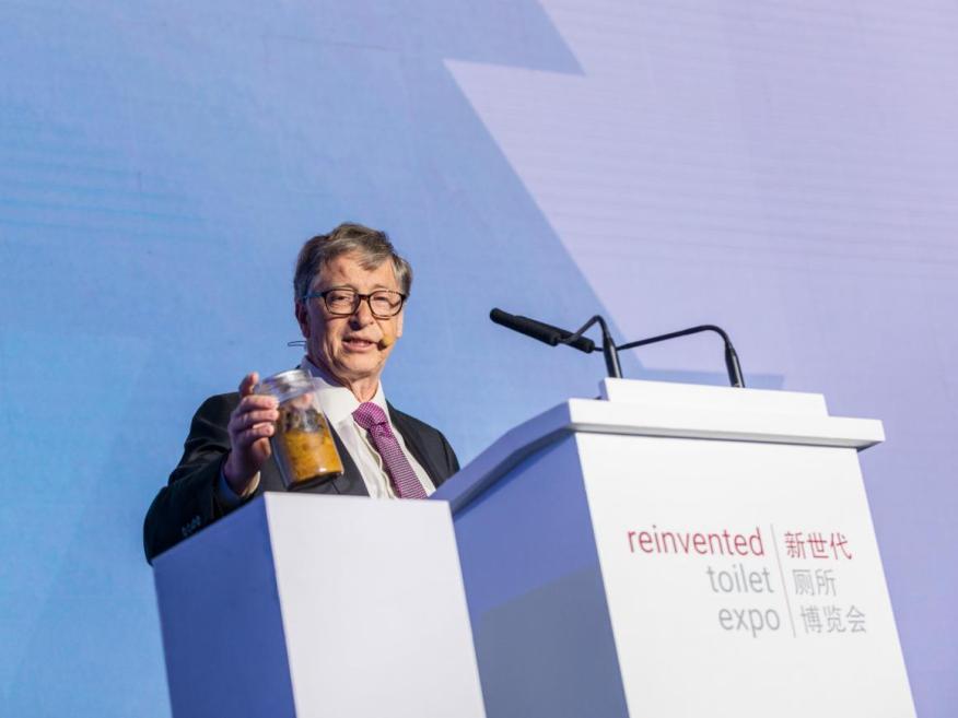 Bill Gates sostiene un vaso de heces humanas en Reinvented Toilet Expo en Pekín el 6 de noviembre de 2018.