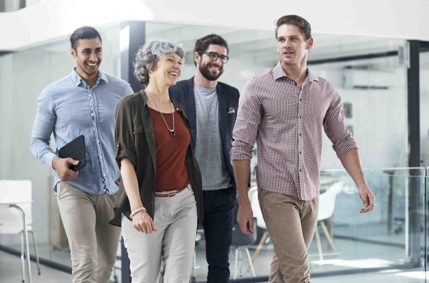 Grupo de jóvenes paseando en la oficina