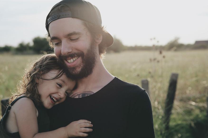 Una padre junto a su hija