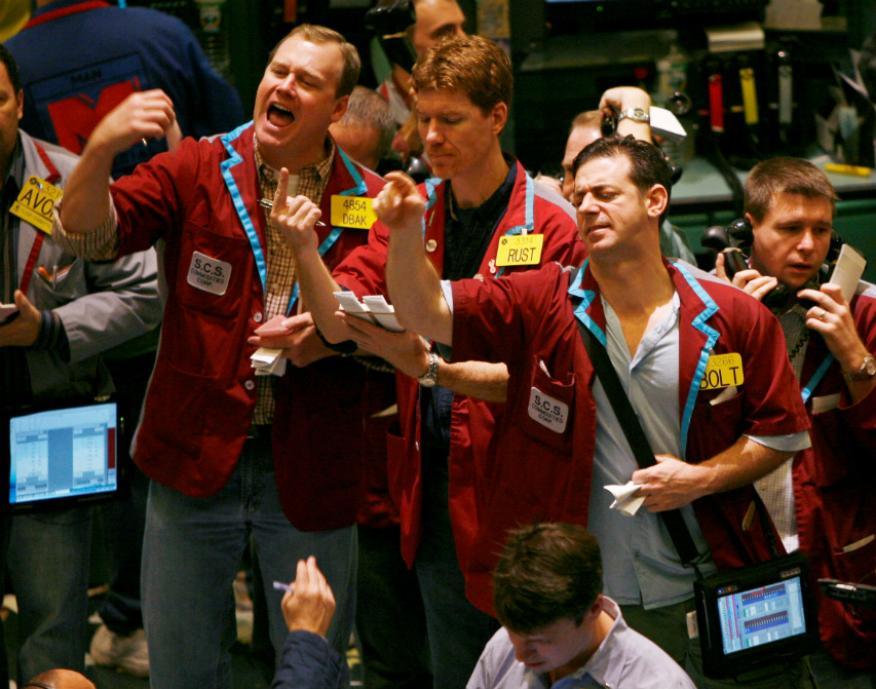 traders atentos a las operaciones en Wall Street