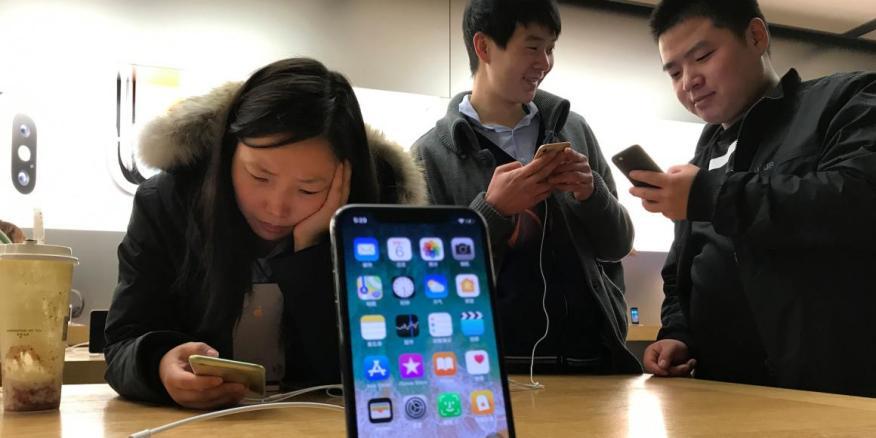 Trump advierte de que los iPhones pueden ser azotados con tarifas.