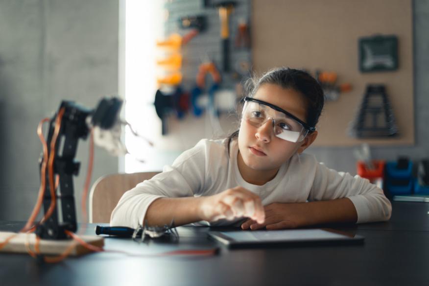 Una estudiante prueba un modelo de robot