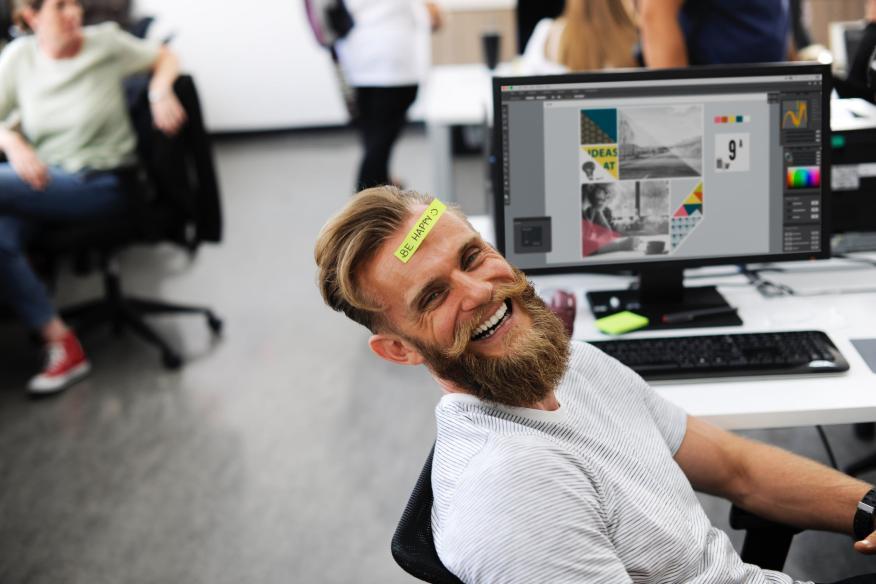 Hombre feliz en el trabajo