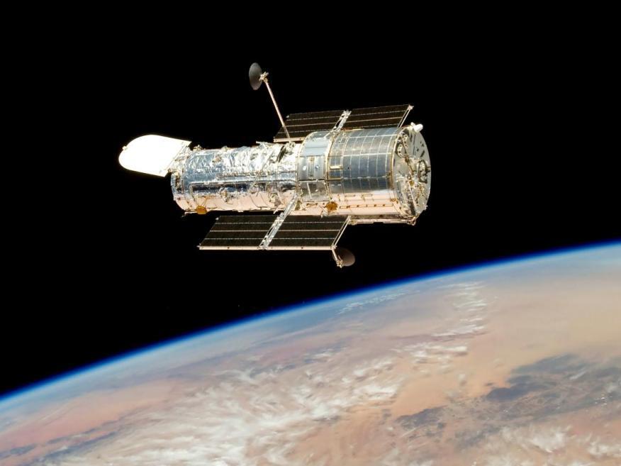 El telescopio espacial Hubble orbitando la Tierra en mayo de 2009.
