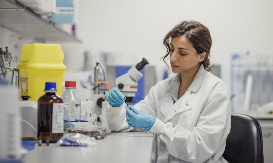 Una investigadora realiza un experimento en un laboratorio