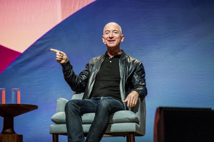Jeff Bezos, CEO de Amazon, cuyos servicios web de Amazon dominan la industria de la computación en la nube.