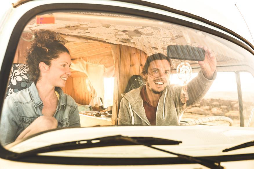 Jóvenes dentro de una furgoneta antigua