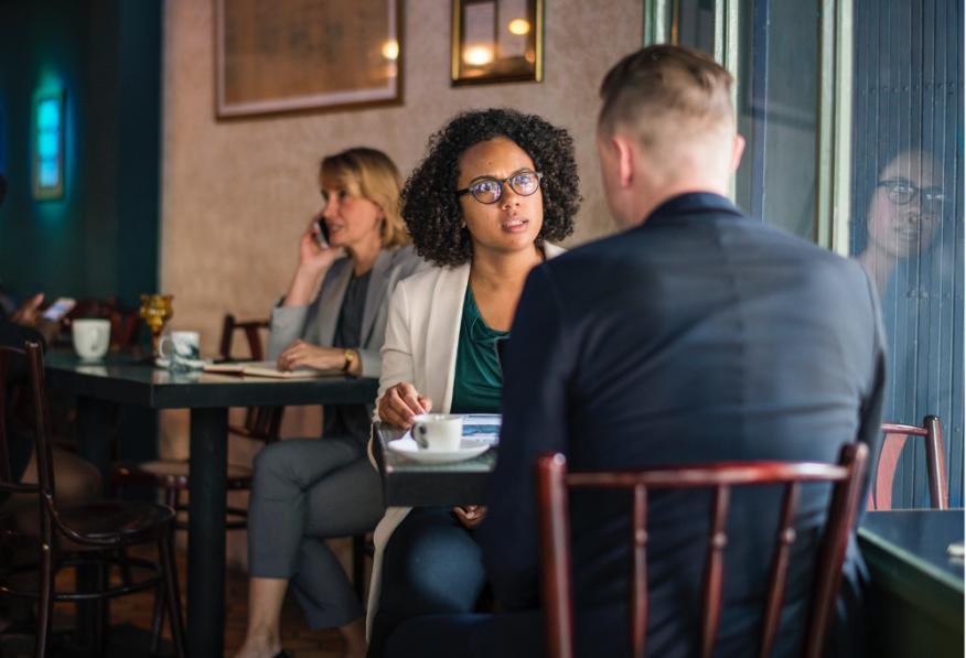 Personas hablando - entrevista- café