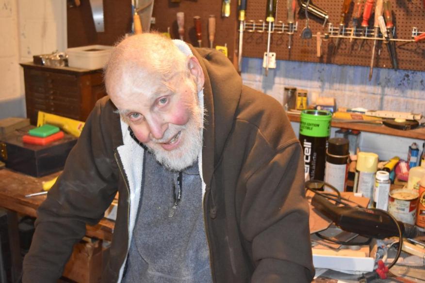 El ganador del Premio Nobel de 96 años, Arthur Ashkin, en su laboratorio el 21 de diciembre de 2018. Ashkin ganó el Premio Nobel en Física por inventar las pinzas ópticas a finales de 1980.