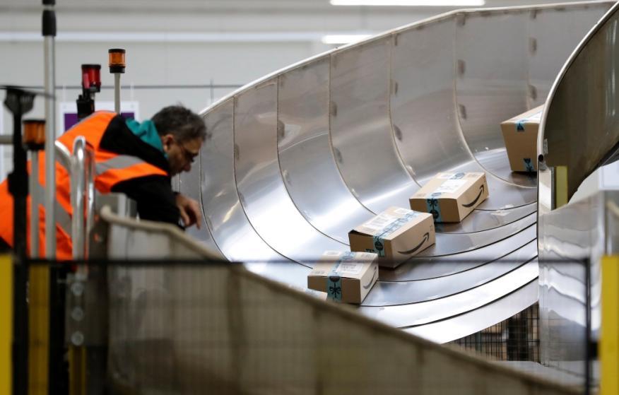 Un empleado en el centro logístico de Amazon en Dobroviz, cerca de Prague (República Checa).