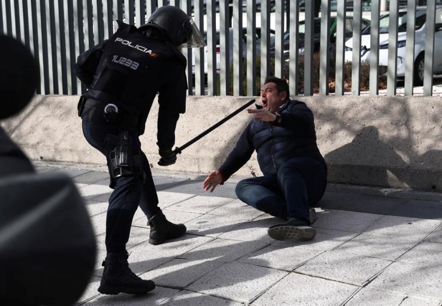 Un policía carga contra un taxista en Madrid, el 24 de enero de 2019.