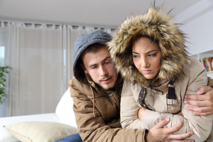 Jóvenes pasando frío en casa