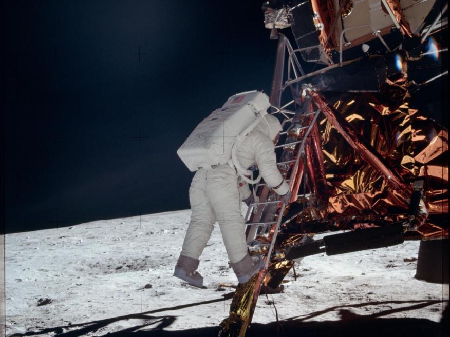 Los humanos llegaron a la luna por primera vez durante la misión Apolo 11 de la NASA. Una novela de 1865 de Julio Verne describió el intento de tres estadounidenses de aterrizar en la luna.