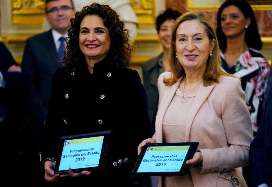 La ministra de Hacienda, María José Montero, y la presidenta del Congreso, Ana Pastor.