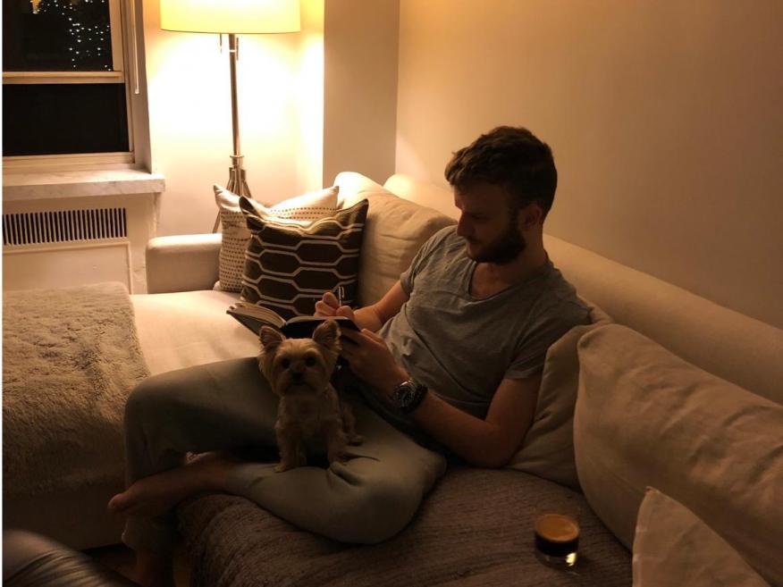 """Mi marido, Heath, y nuestro perro, Coco, durante la """"hora de la victoria"""" de 5 a 6 de la mañana."""