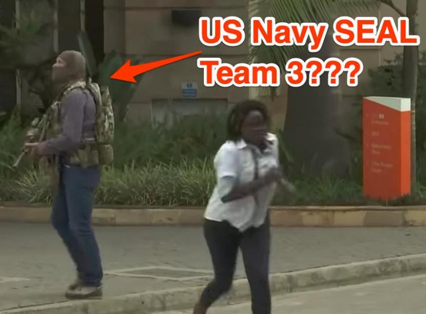 El presunto Navy SEAL, rescatando a civiles tras el atentado de Nairobi.