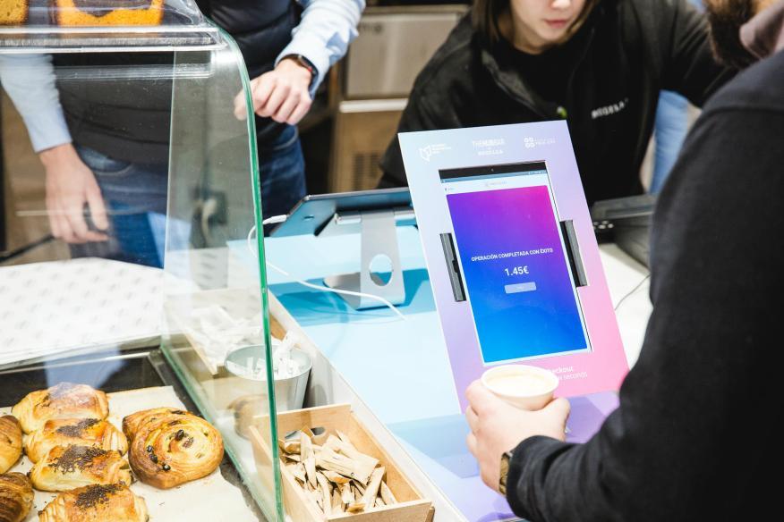 Una imagen de cómo se paga con la cara en una cafetería Rodilla de Barcelona.