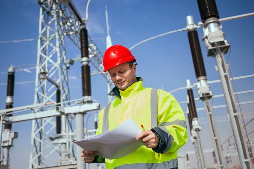 Ingeniero en una estación de electricidad