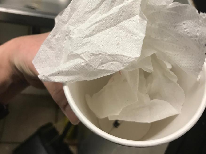Un jerinquilla sin tapar que un trabajador de Starbucks asegura haber encontrado en la basura en diciembre.