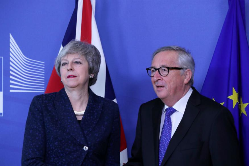 Theresa May y Jean-Claude Juncker.