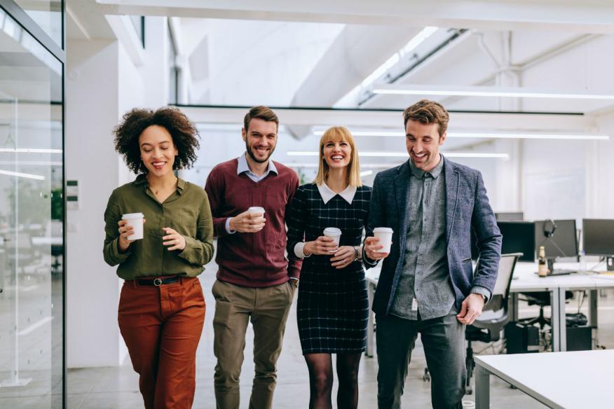 Trabajadores tomando un café