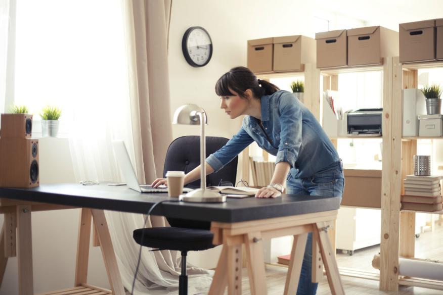 Una mujer trabajando desde su casa.