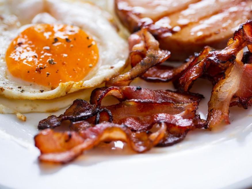 Desayuno cargado de proteínas con huevos y beicon.