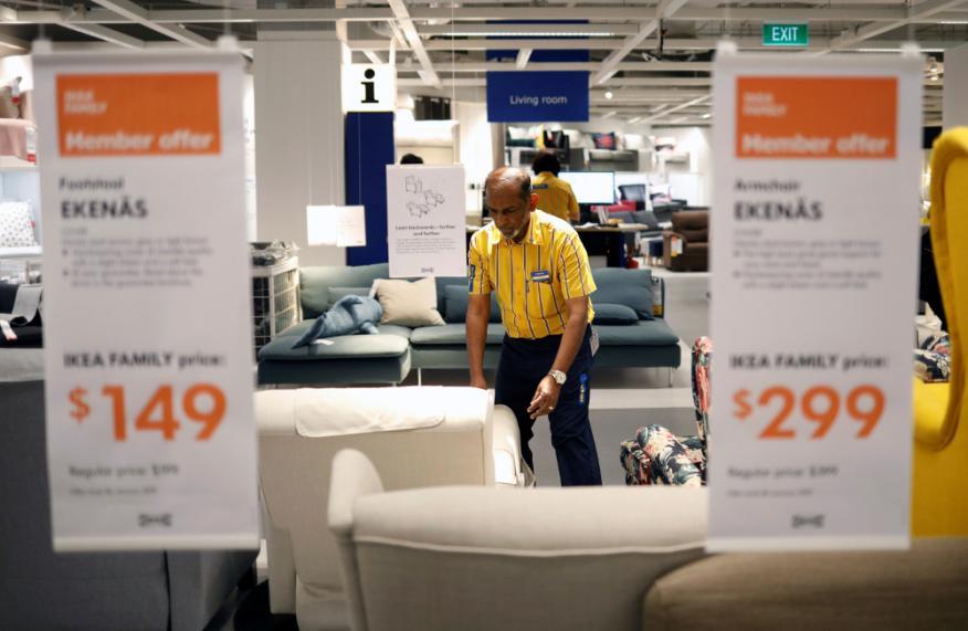 Un trabajador de Ikea en una de las tiendas que la cadena sueca tiene en Singapur.