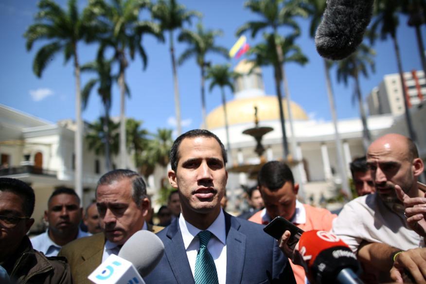 Juan Guaidó entre periodistas camino de la Asamblea Nacional en Caracas, el 4 de febrero de 2019.