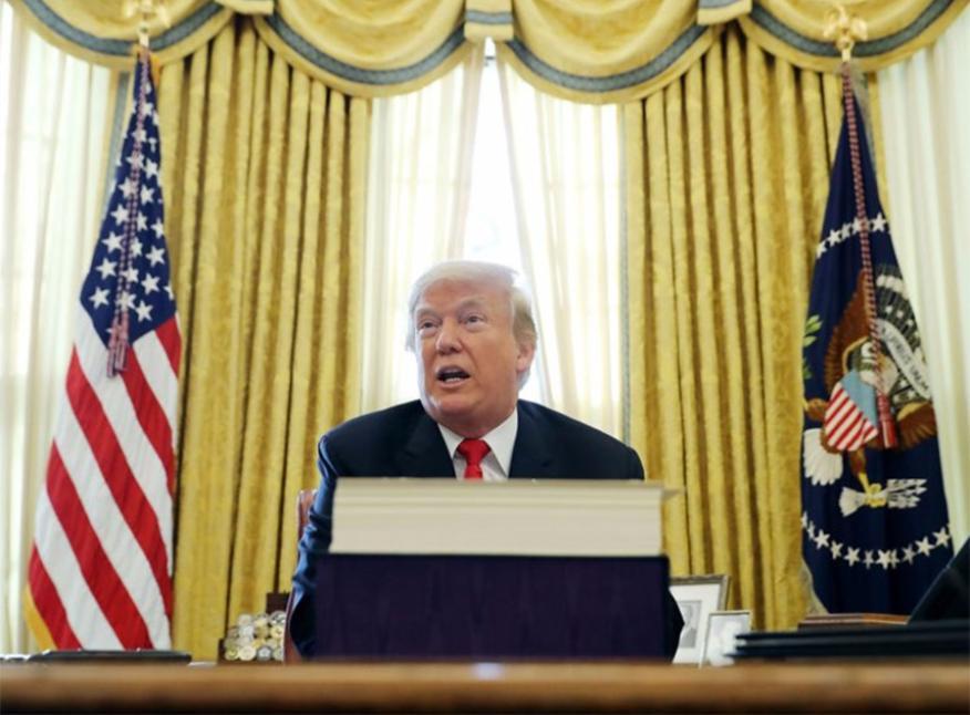 Donald Trump en el escritorio de la Casa Blanca