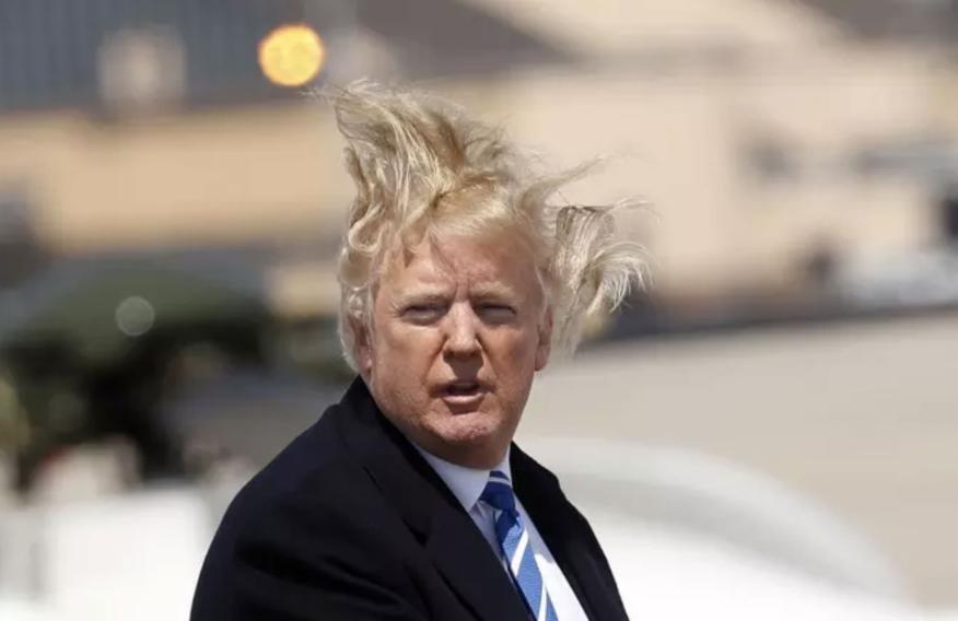 Donald Trump, con su melena al viento.