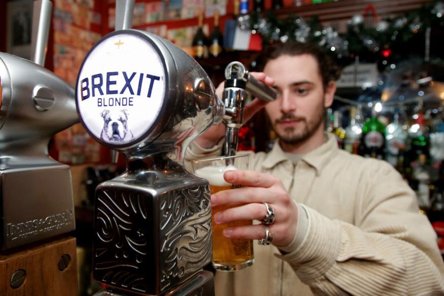 Un camarero sirve una cerveza Brexit.