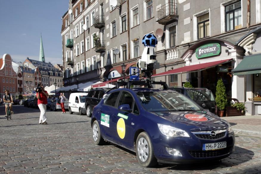 Un coche de Google Street View en Riga, Letonia.