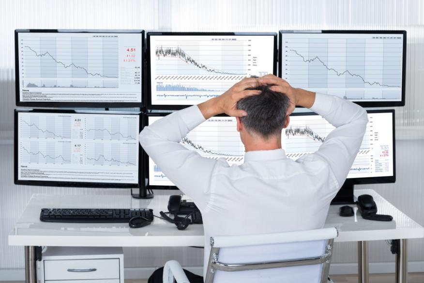 Un inversor, estresado ante la caída de los mercados
