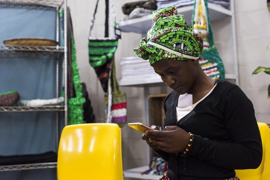 Mujer usando su smartphone
