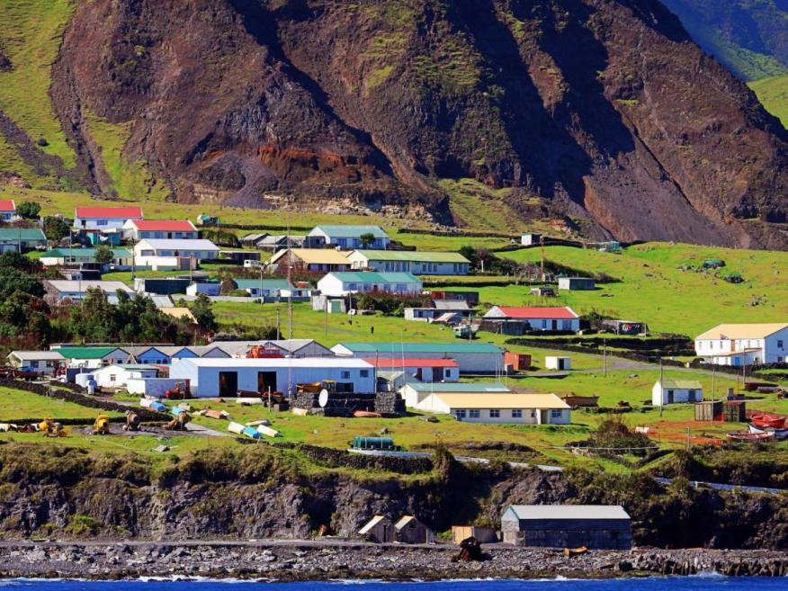 La vida en el lugar más remoto del mundo, al pie de un volcán en el Océano Atlántico Sur.