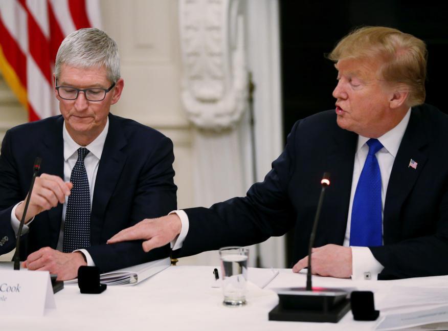 Tim Cook, CEO de Apple, junto a Donald Trump, presidente de los Estados Unidos.