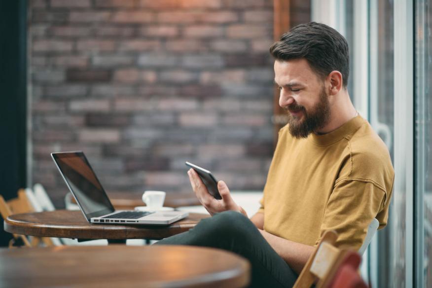 Un trabajador mira sus redes sociales.