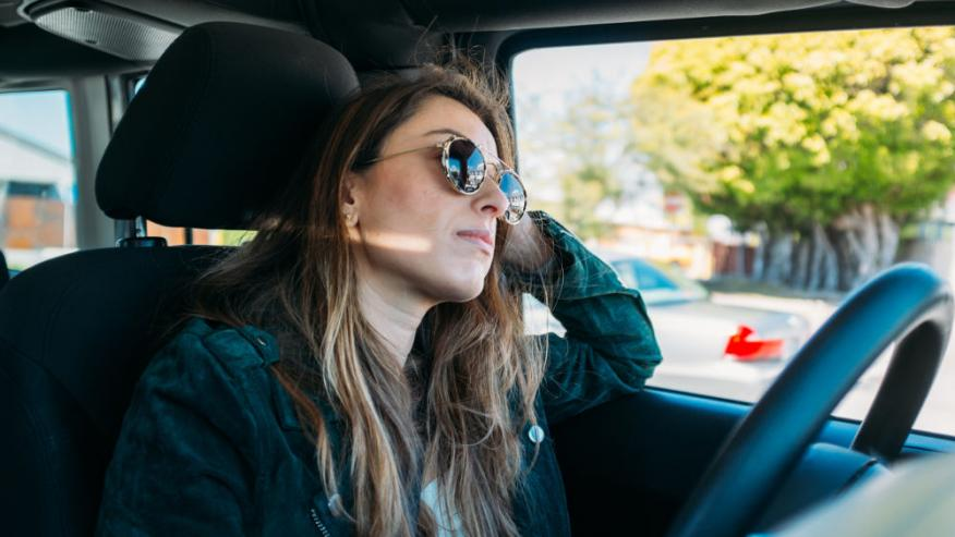 conductor, mujer en coche