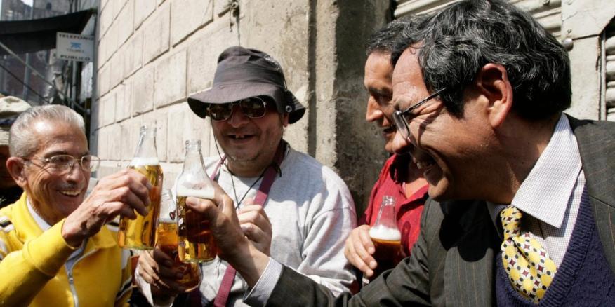 Un grupo de mexicanos brinda con cerveza en plena calle
