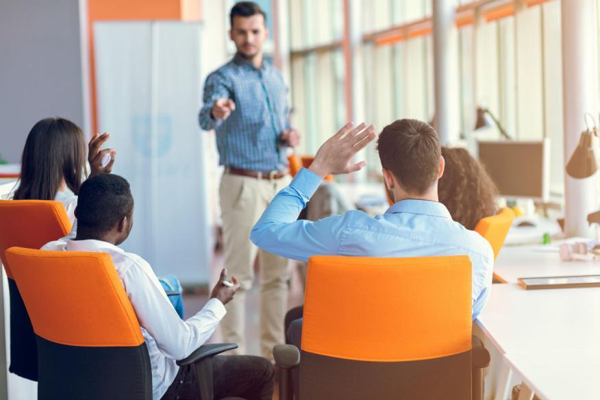 Un grupo de trabajadores en una formación en la empresa.
