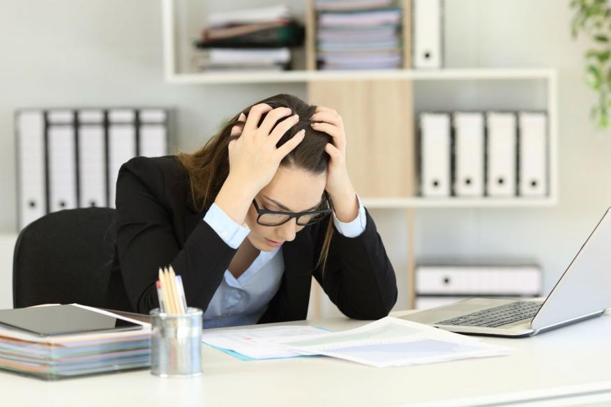 Una mujer estresada en el trabajo.